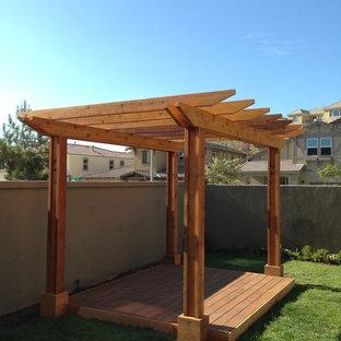 Foto di un patio o portico etnico di medie dimensioni e dietro casa con pedane e una pergola