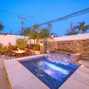 Immagine di un ampio patio o portico chic dietro casa con un focolare, graniglia di granito e nessuna copertura