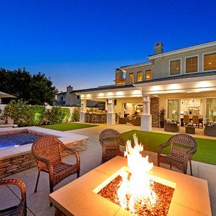 Esempio di un ampio patio o portico tradizionale dietro casa con un focolare, graniglia di granito e nessuna copertura