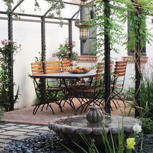 Esempio di un patio o portico mediterraneo con fontane