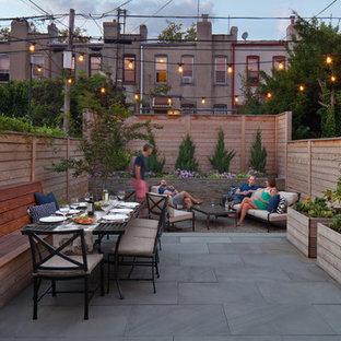 Esempio di un patio o portico tradizionale di medie dimensioni e dietro casa con pavimentazioni in pietra naturale e nessuna copertura