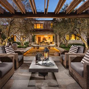 Esempio di un patio o portico mediterraneo dietro casa con un gazebo o capanno