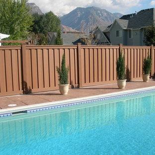Esempio di un patio o portico classico di medie dimensioni e dietro casa con pedane e nessuna copertura
