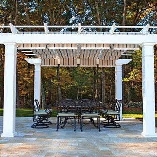 Esempio di un grande patio o portico design in cortile con piastrelle e una pergola