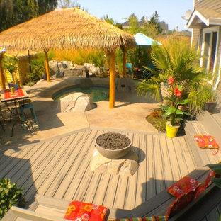 Immagine di un patio o portico etnico di medie dimensioni e dietro casa con fontane, cemento stampato e un gazebo o capanno
