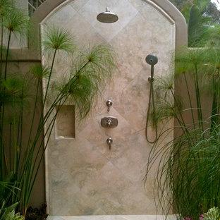 Неиссякаемый источник вдохновения для домашнего уюта: летний душ в средиземноморском стиле с покрытием из плитки