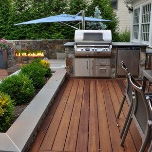 Immagine di un piccolo patio o portico tropicale dietro casa con pavimentazioni in pietra naturale