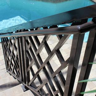 Idee per un grande patio o portico tropicale dietro casa con pavimentazioni in mattoni