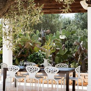 Ispirazione per un patio o portico mediterraneo con una pergola