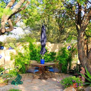 Foto de patio mediterráneo, de tamaño medio, sin cubierta, en patio trasero, con fuente y adoquines de ladrillo