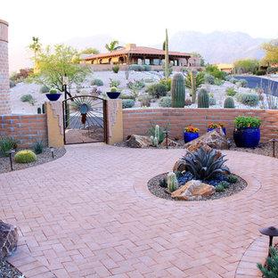 Ispirazione per un patio o portico stile americano di medie dimensioni e davanti casa con pavimentazioni in mattoni e nessuna copertura