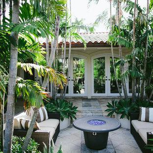 Foto di un patio o portico mediterraneo di medie dimensioni e in cortile con pavimentazioni in pietra naturale e una pergola