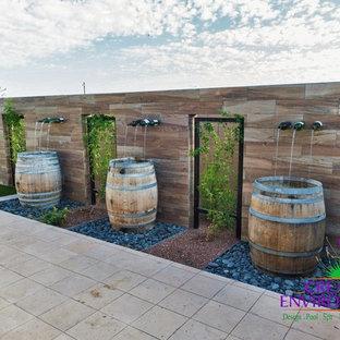 Idee per un patio o portico american style di medie dimensioni e dietro casa con fontane, ghiaia e nessuna copertura