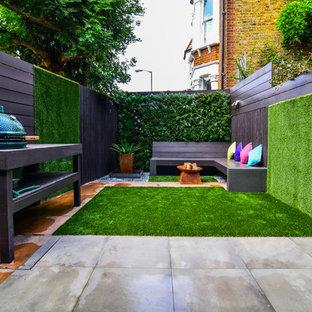 Diseño de patio actual, sin cubierta, en patio trasero, con jardín vertical y adoquines de hormigón