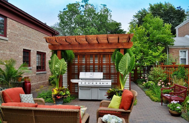 Traditional Courtyard by K&D Landscape Management