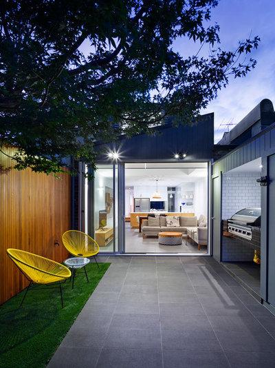 Contemporary Courtyard by elaine richardson architect