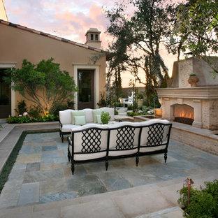 Foto de patio mediterráneo, de tamaño medio, en patio trasero, con brasero