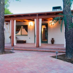 Modelo de patio de estilo americano, pequeño, en patio y anexo de casas, con jardín de macetas y adoquines de ladrillo