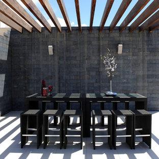 Immagine di un patio o portico moderno con una pergola