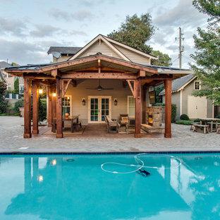 Diseño de patio rústico, grande, en patio trasero, con brasero, adoquines de ladrillo y pérgola