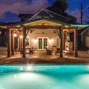 Ispirazione per un grande patio o portico rustico dietro casa con un focolare, pavimentazioni in mattoni e una pergola