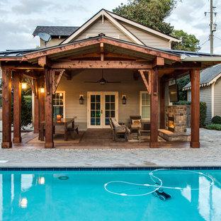 Esempio di un grande patio o portico rustico dietro casa con un focolare, pavimentazioni in mattoni e una pergola