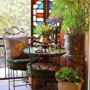 Modelo de patio bohemio, pequeño, en patio trasero, con losas de hormigón