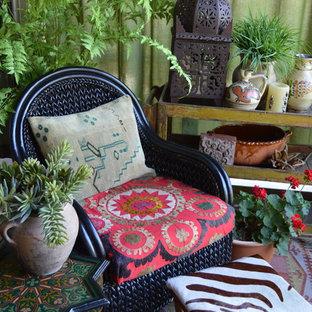 Ispirazione per un piccolo patio o portico boho chic dietro casa con lastre di cemento