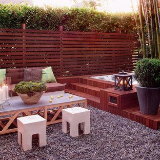 Ispirazione per un patio o portico minimal dietro casa e di medie dimensioni con ghiaia e nessuna copertura