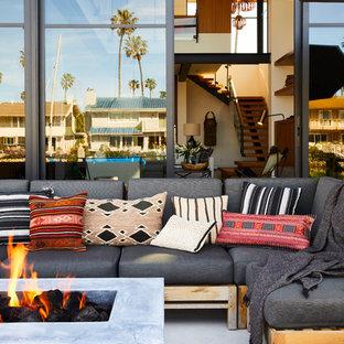 Moderner Patio hinter dem Haus mit Feuerstelle und Betonplatten in Santa Barbara