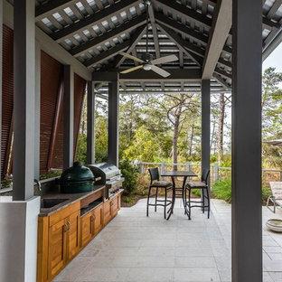Diseño de patio clásico renovado, grande, en patio trasero y anexo de casas, con cocina exterior y entablado
