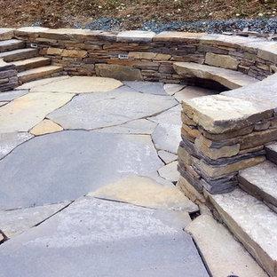 Ispirazione per un patio o portico eclettico di medie dimensioni e dietro casa con pavimentazioni in pietra naturale e nessuna copertura
