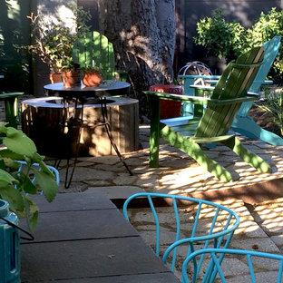 Ispirazione per un grande patio o portico eclettico dietro casa con graniglia di granito e nessuna copertura