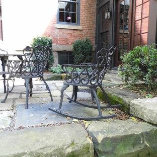 Idee per un grande patio o portico vittoriano dietro casa con un giardino in vaso, pavimentazioni in pietra naturale e nessuna copertura