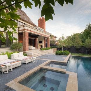 Esempio di un piccolo patio o portico tradizionale dietro casa con un focolare, pavimentazioni in pietra naturale e un tetto a sbalzo