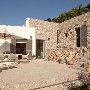 Idee per un patio o portico mediterraneo di medie dimensioni e nel cortile laterale con un parasole