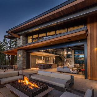 Cette photo montre une terrasse tendance avec un foyer extérieur.
