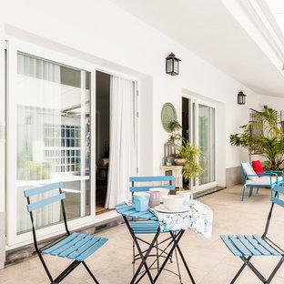 Modelo de patio mediterráneo, grande, en patio delantero, con toldo
