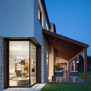 Imagen de patio contemporáneo, en patio trasero, con losas de hormigón y pérgola