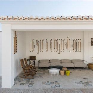 Diseño de patio mediterráneo, en anexo de casas, con suelo de baldosas