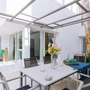 Foto de patio contemporáneo, de tamaño medio, en patio trasero, con pérgola