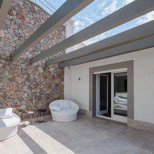 Diseño de patio mediterráneo de tamaño medio