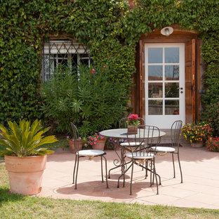 Immagine di un patio o portico mediterraneo con nessuna copertura