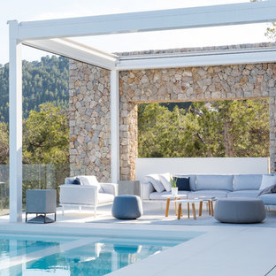 Diseño de patio actual, grande, sin cubierta, en patio trasero