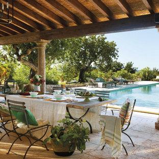 Ejemplo de patio mediterráneo, grande, en patio trasero y anexo de casas, con adoquines de ladrillo