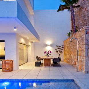 Стильный дизайн: летний душ среднего размера на боковом дворе в средиземноморском стиле с покрытием из плитки без защиты от солнца - последний тренд