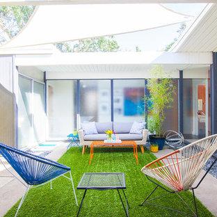 Неиссякаемый источник вдохновения для домашнего уюта: маленький дворик на внутреннем дворе в стиле ретро с покрытием из бетонных плит без защиты от солнца