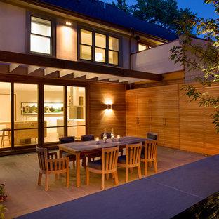 Immagine di un patio o portico contemporaneo di medie dimensioni e dietro casa con pavimentazioni in pietra naturale e una pergola