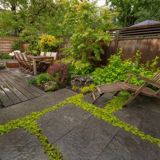Ispirazione per un patio o portico etnico dietro casa con un focolare e pedane