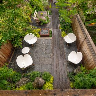 Esempio di un patio o portico etnico dietro casa con un focolare e pedane